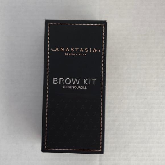 Anastasia Beverly Hills Other - Anastasia Beverly Hills Brow Kit Medium Brown New